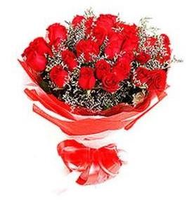 Mersin çiçekçiler  12 adet kırmızı güllerden görsel buket