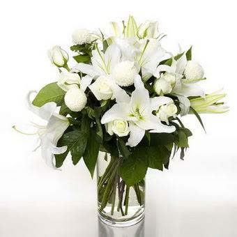 Mersin 14 şubat sevgililer günü çiçek  1 dal cazablanca 7 adet beyaz gül vazosu