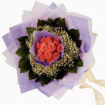 12 adet gül ve elyaflardan   Mersin yurtiçi ve yurtdışı çiçek siparişi