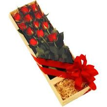 kutuda 12 adet kirmizi gül   Mersin anneler günü çiçek yolla