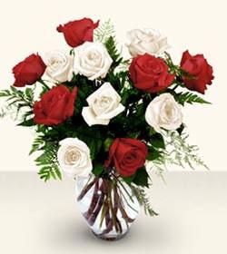 Mersin çiçek , çiçekçi , çiçekçilik  6 adet kirmizi 6 adet beyaz gül cam içerisinde