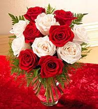 Mersin çiçek , çiçekçi , çiçekçilik  5 adet kirmizi 5 adet beyaz gül cam vazoda