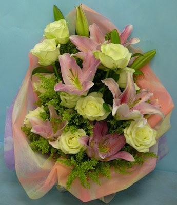 11 adet gül ve 2 adet kazablanka buketi  Mersin çiçek yolla , çiçek gönder , çiçekçi
