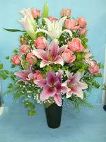 Mersin çiçek yolla , çiçek gönder , çiçekçi   cam vazo içerisinde 21 gül 1 kazablanka