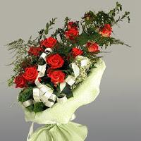 Mersin kaliteli taze ve ucuz çiçekler  11 adet kirmizi gül buketi sade haldedir