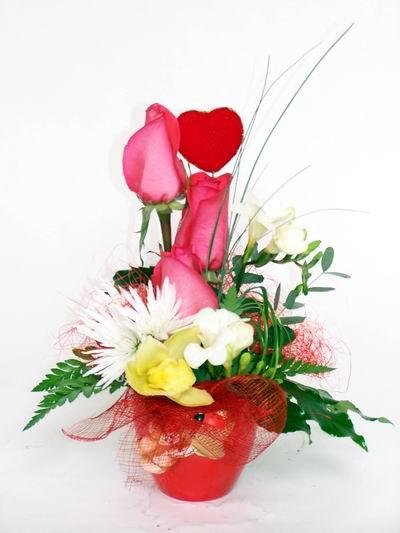 Mersin kaliteli taze ve ucuz çiçekler  cam içerisinde 3 adet gül ve kir çiçekleri