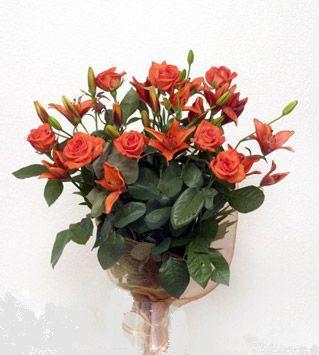 9 adet gül ve 3 adet lilyum çiçegi buketi   Mersin çiçekçi telefonları