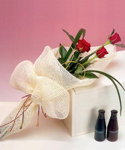 3 adet kalite gül sade ve sik halde bir tanzim  Mersin çiçek gönderme sitemiz güvenlidir