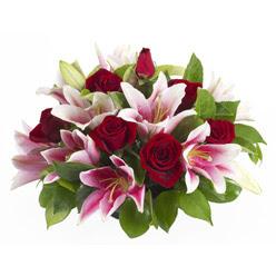 güller ve kazablnaklardan aranjman  Mersin hediye çiçek yolla