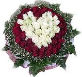 Mersin çiçekçiler  27 adet kirmizi ve beyaz gül sepet içinde