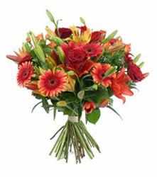 Mersin hediye sevgilime hediye çiçek  3 adet kirmizi gül ve karisik kir çiçekleri demeti