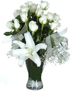 cam içerisinde 11 beyaz gül ve 1 kazablanka  Mersin online çiçekçi , çiçek siparişi