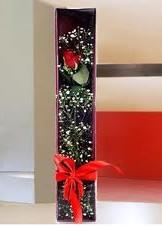 kutu içinde tek kirmizi gül  Mersin çiçek siparişi sitesi