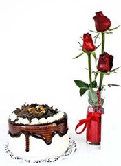 Mersin çiçek yolla  vazoda 3 adet kirmizi gül ve yaspasta