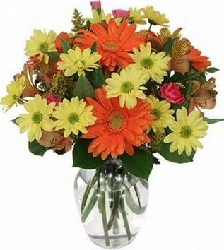 Mersin çiçekçi mağazası  vazo içerisinde karışık mevsim çiçekleri