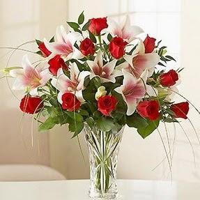 Mersin çiçekçiler  12 adet kırmızı gül 1 dal kazablanka çiçeği