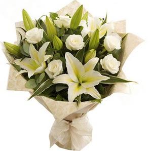 Mersin hediye çiçek yolla  3 dal kazablanka ve 7 adet beyaz gül buketi