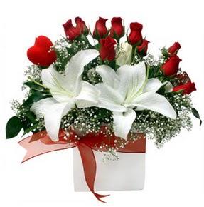 Mersin yurtiçi ve yurtdışı çiçek siparişi  1 dal kazablanka 11 adet kırmızı gül vazosu