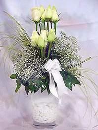 Mersin çiçek gönderme  9 adet vazoda beyaz gül - sevdiklerinize çiçek seçimi