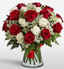 Vazoda 12 kırmızı 12 beyaz gül tanzimi  Mersin çiçek , çiçekçi , çiçekçilik