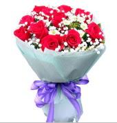12 adet kırmızı gül ve beyaz kır çiçekleri  Mersin yurtiçi ve yurtdışı çiçek siparişi