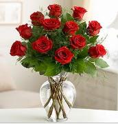 Vazo içerisinde 12 kırmızı gül  Mersin çiçek servisi , çiçekçi adresleri