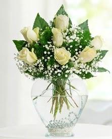 Cam içerisinde 7 adet beyaz gül  Mersin çiçek satışı