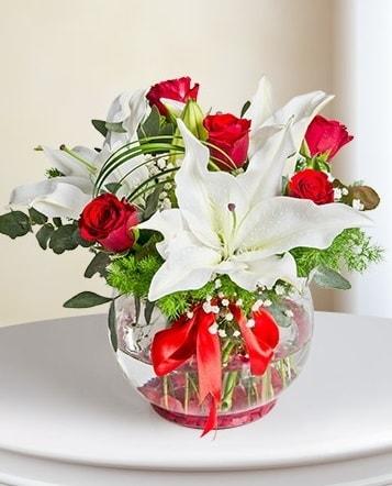 Fanus Vazoda 2 Lilyum ve 5 Gül Dansı  Mersin hediye sevgilime hediye çiçek