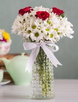 Papatya Ve Güllerin Uyumu camda  Mersin 14 şubat sevgililer günü çiçek