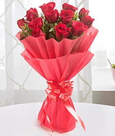 12 adet kırmızı gülden modern buket  Mersin anneler günü çiçek yolla