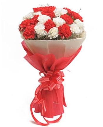 21 adet kırmızı beyaz karanfil buketi  Mersin çiçek servisi , çiçekçi adresleri