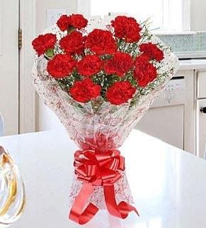 12 adet kırmızı karanfil buketi  Mersin uluslararası çiçek gönderme